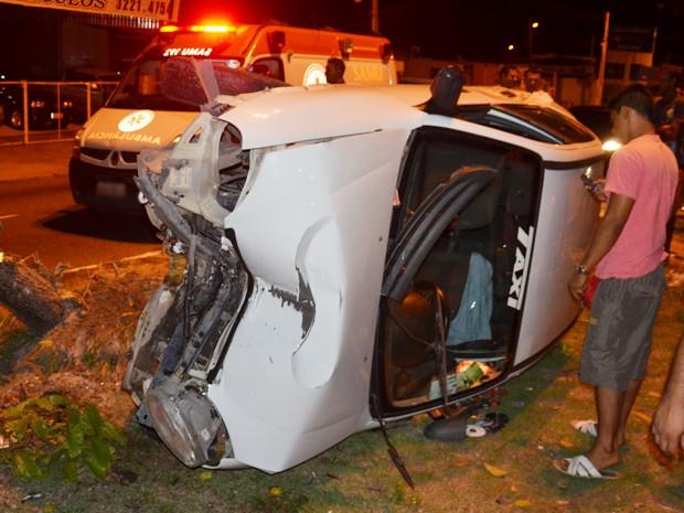 Táxi capota ao ser trancado por caminhonte na Avenida Beira Rio, em João Pessoa  (Foto: Walter Paparazzo/G1)