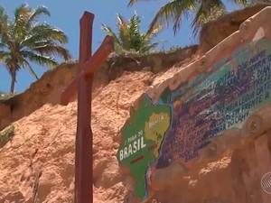 Cruz e uma placa simbolizam o título de 1° praia do Brasil na Bahia (Foto: Imagem/TV Santa Cruz)