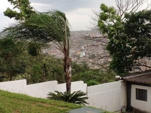 Ventania em Divinópolis (Foto: Ricardo Welbert/G1)