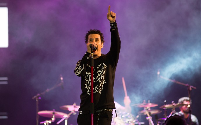 Dinho Ouro Preto mostra toda sua empolgação no palco do João Rock 2015 (Foto: Érico Andrade/G1)