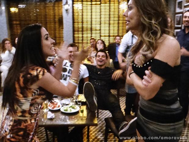 Valdirene parte para a agressividade com Raquel no bar dos médicos... (Foto: Amor à Vida / TV Globo)