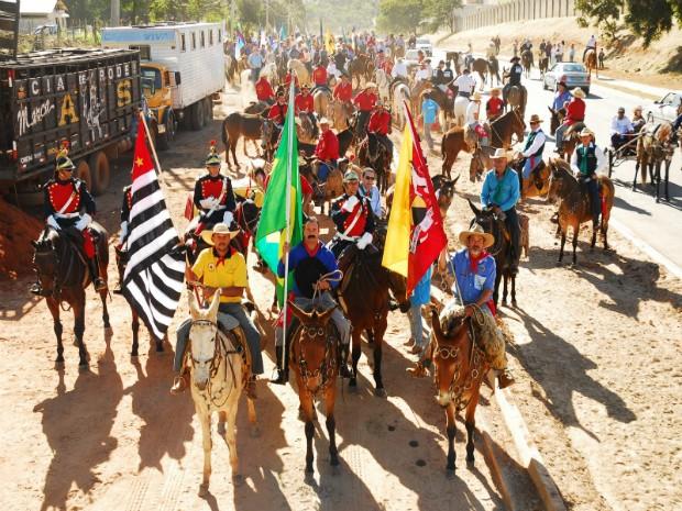 Cavaleiros e muladeiros na 6º Tropeada, em 2011, entre Itararé (SP) e Sorocaba (SP). (Foto: Divulgação)