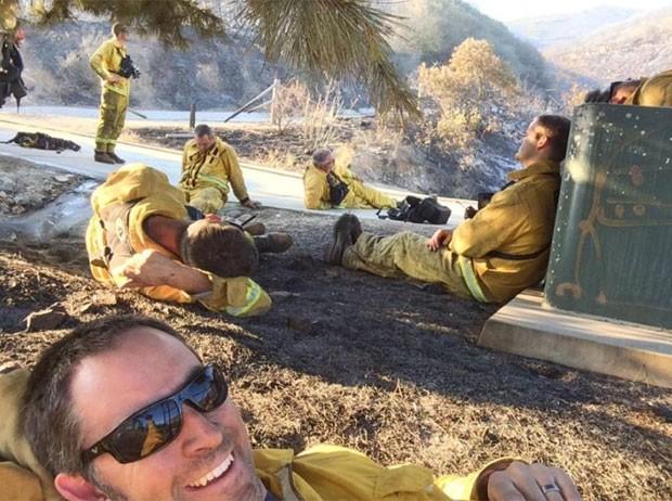 Tim Bergon fez um selfie durante uma pausa do combate de um incêndio perto de San Marcos (Foto: Reprodução/Facebook/Plan 9 Alehouse)