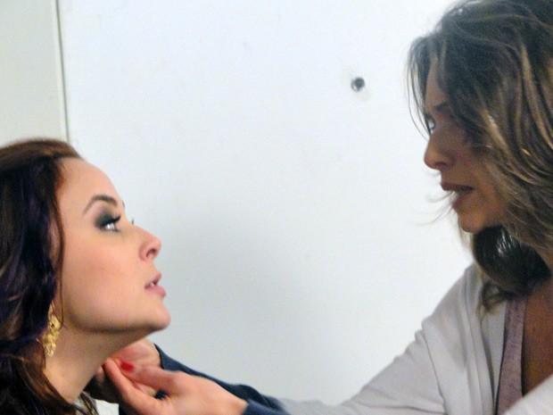 Pasma, Laura examina os brincos, presente de Bernardo, e diz que é joia antiga