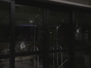 Vidraça de hotel foi quebrada durante protesto (Foto: Fabio Almeida/RBS TV)