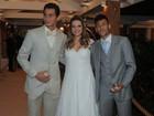 Neymar deixa casamento de Ganso com a mão cheia de docinho