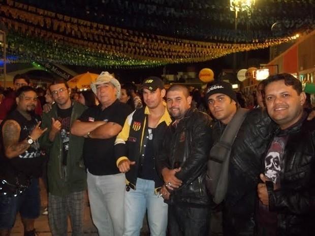 Grupo troca a camisa xadrez e o chapéu de palha pelas vestimentas pretas. (Foto: Rafael Melo/G1)