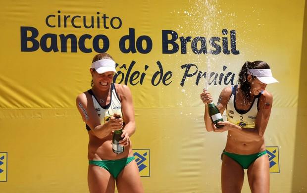 Talita e Larissa pódio etapa Porto Alegre (Foto: Alexandre Arruda/CBV)
