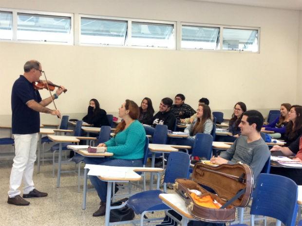 Marcos Vinícius toca violino para os alunos durante as aulas de cálculo (Foto: Natália de Oliveira/G1)