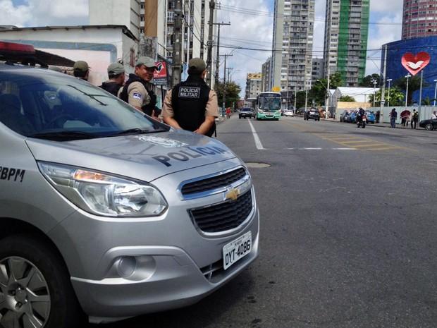 Polícia Militar continua no local da paralisação, mesmo após dispersão dos ônibus (Foto: Kety Marinho / TV Globo)