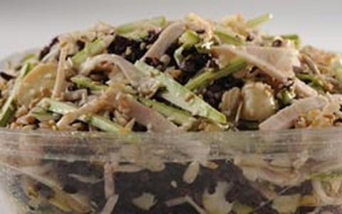 Salada de peito de peru light com sementes de gergelim, linhaça e girassol