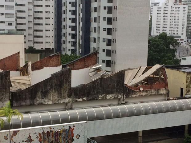 Parte da estrutura desabou, na manhã desta quarta-feira (22) (Foto: Rafael Teles/ G1)
