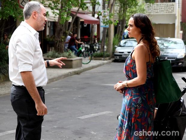 Juliana encontra médico de Gorete (Foto: Carol Caminha / TV Globo)