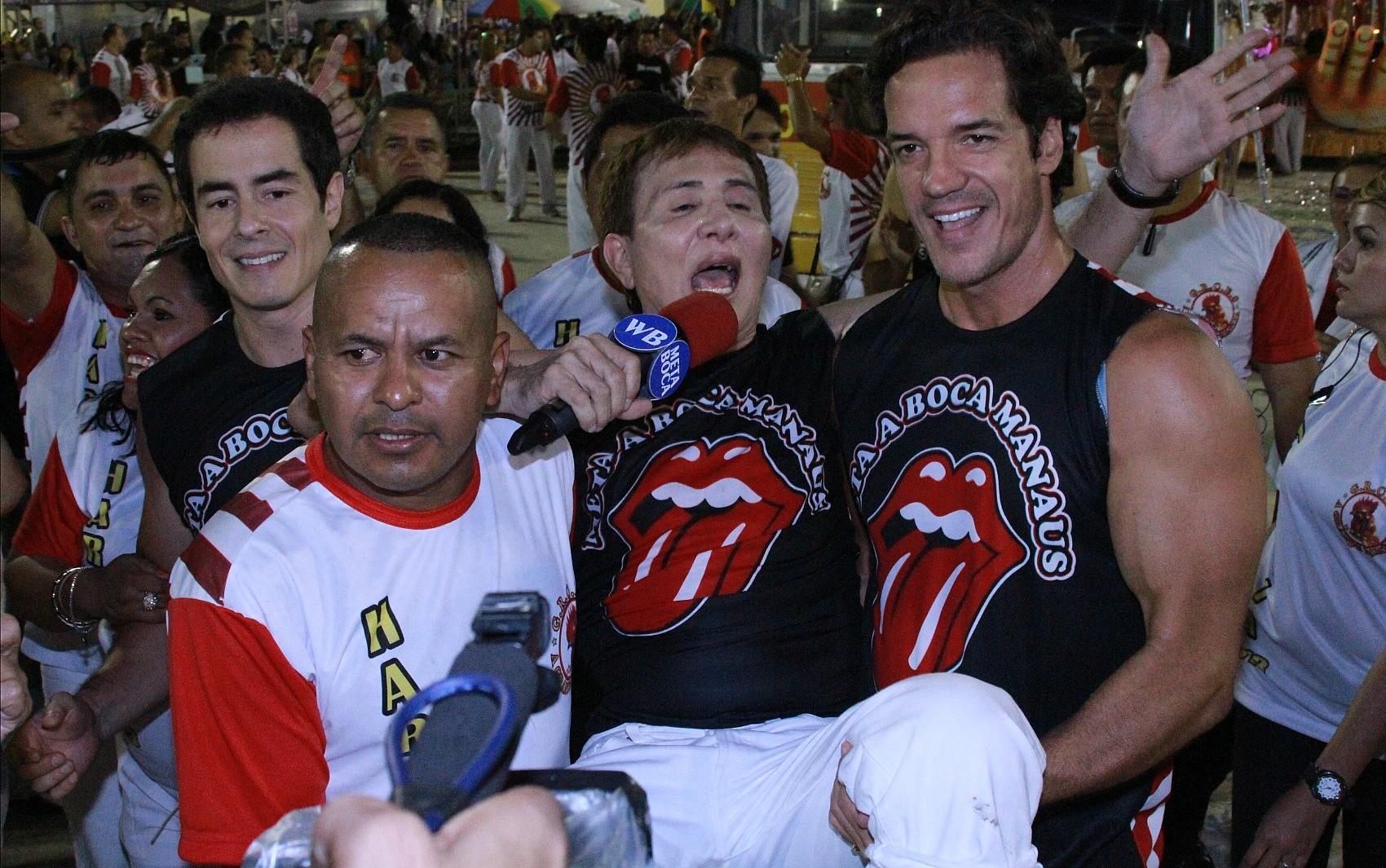 Homenageado pela Grande Família, Weiser Botelho é carregado (Foto: Frank Cunha/G1)