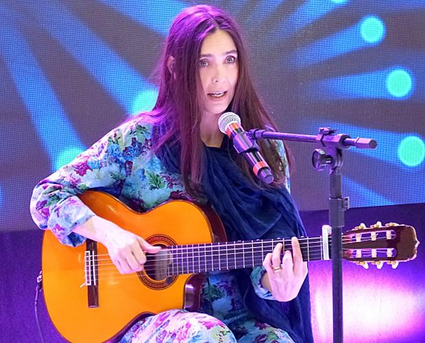 Adriana Calcanhotto canta sucesso no Mais Você (Foto: Mais Você/TV Globo)