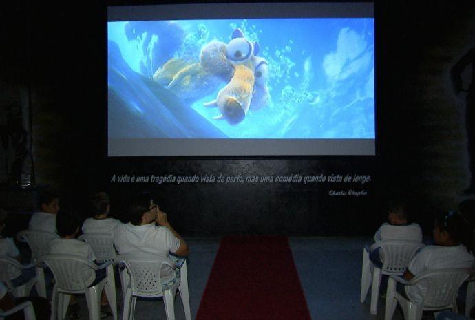 Criançada se diverte e aprende ao mesmo tempo com os filmes exibidos (Foto: Reprodução / TV TEM)