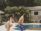 Anitta rebola de biquíni, à beira da piscina, em vídeo com amigo