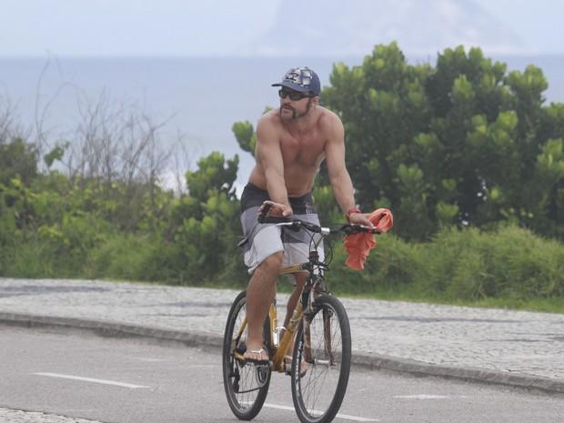 Cláudio Heinrich andando de bicicleta (Foto: Dilson Silva/AgNews)
