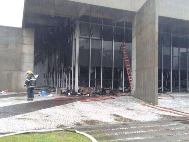 Polícia Civil, Corpo de Bombeiros e Defesa Civil vão efetuar a perícia no local (Foto: Denise de Medeiros/RBS TV)