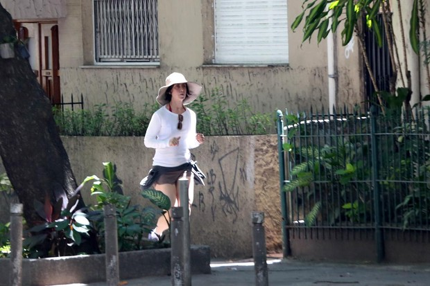 Fernanda Torres correndo na orla (Foto: André Freitas/AgNews)