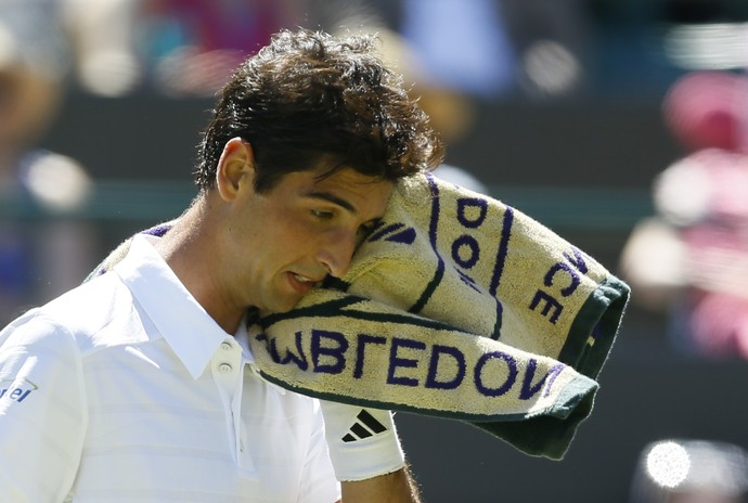 Thomaz Bellucci encara Rafael Nadal em Wimbledon (Foto: AP Photo/Kirsty Wigglesworth)