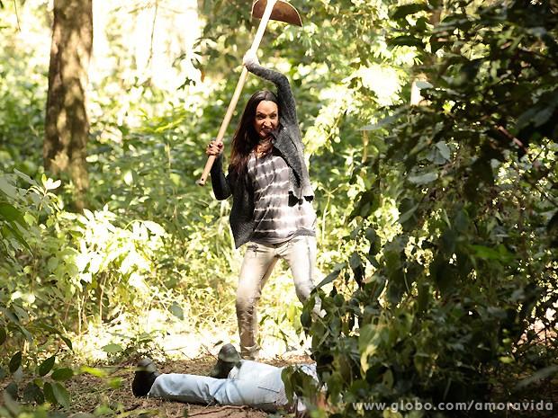 Alejandra pega a enxada e acaba com a vida do homem que estava na mata (Foto: Amor à Vida / TV Globo)