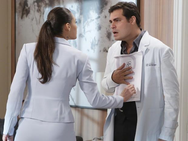 Morena mostra provas contra o médico (Foto: Felipe Monteiro/Gshow)