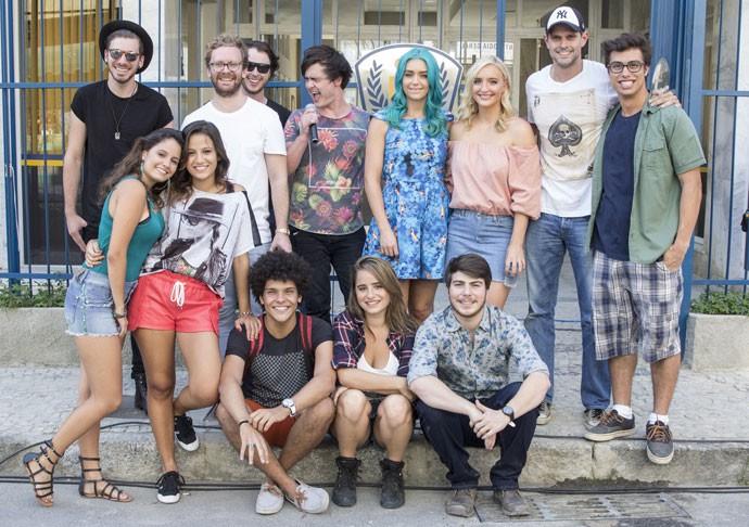 Sheppard com o elenco de 'Malhação' e o diretor Leo Nogueira (Foto: Pedro Curi/CGCom)