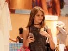 Com novo look, Isabella Santoni tem dias de compras no Rio