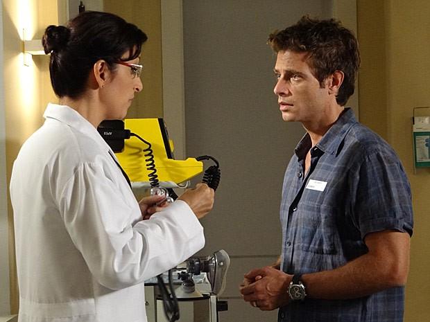 A médica dá a má notícia para Alejandro (Foto: Cheias de Charme / TV Globo)