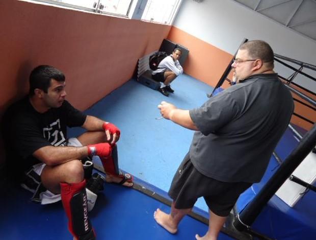Vitor Vianna recebe orienações de Augusto Nasser (Foto: Renato Lima)