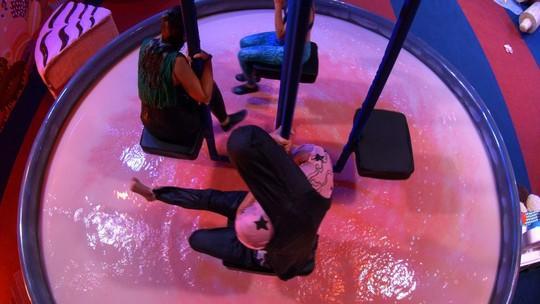 Emilly fala para Marcos não bater o pé: 'Vai jogar água na gente'
