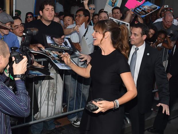 Jennifer Garner com fãs em première em Los Angeles, nos Estados Unidos (Foto: Alberto E. Rodriguez/ Getty Images/ AFP)