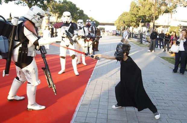 Menino 'desafia' stormtrooper durante evento turístico na Tunísia (Foto: Zoubeir Souissi/Reuters)