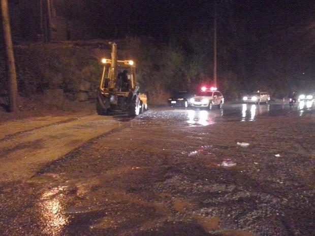 Equipes trabalhavam na lavagem da pista na noite desta quinta (13) (Foto: Corpo de Bombeiros Voluntários de Presidente Getúlio/Divulgação)