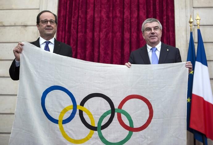 Relíquia: Bach ganha de presidente francês bandeira de 1924 (Foto: AP Photo/Kamil Zihnioglu)