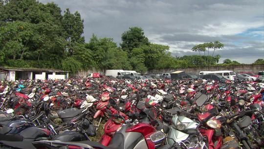 No depósito do Detran-PE há seis meses, 36 toneladas de motos 'cinquentinhas' são prensadas