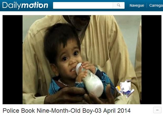 Reportagem da TV paquistanesa mostra o garoto no tribunal (Foto: Reprodução/DailyMotion/TV Geo News)