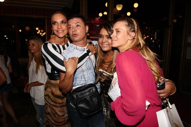 Ivete Sangalo, David Brazil, Preta Gil e Carolina Dieckmann em restaurante no Rio (Foto: Manuela Scarpa e Marcos Ribas/ Foto Rio News)
