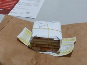Maço de dinheiro de cédulas falsas preenchido com papel (Foto: Rota Policial News/Reprodução)