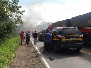 Manifestantes interditam rodovia BR-010 com barricada. Protesto é contra o impeachment de Dilma Rousseff (Foto: Ascom/PRF)