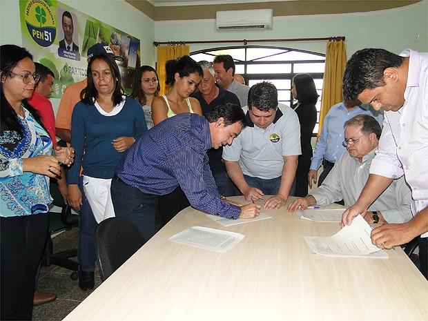 Presidente do PEN assina documento que oficializa apoio a Aécio Neves em convenção em Barrinha, SP (Foto: Michel Montefeltro/ G1)