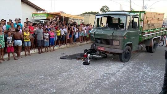 Jovem morre após perder controle de moto e bater em caminhão