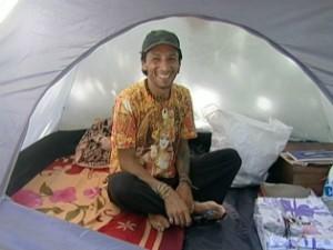 Jimi vive em uma barraca em Anchieta, no verão (Foto: Reprodução/TV Gazeta)