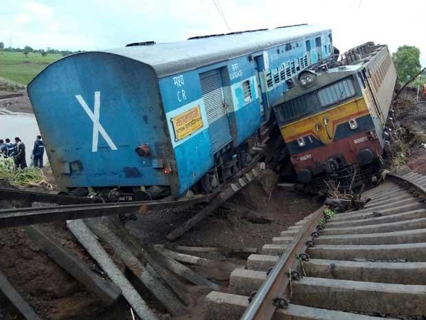 Trens descarrilados na manhã desta quarta (4) na Índia (Foto: AFP Photo)