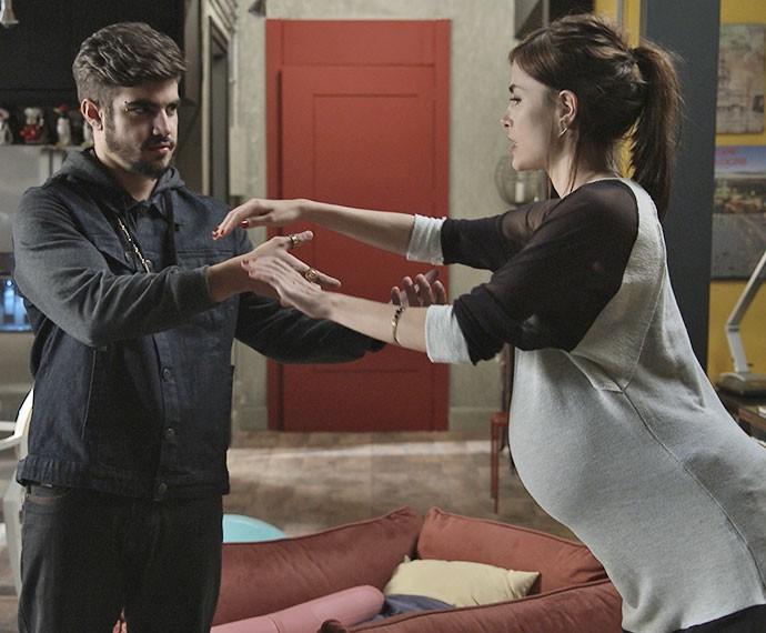 Grego não acerta os movimentos ao tentar ajudar Margot nos exercícios de yoga (Foto: TV Globo)