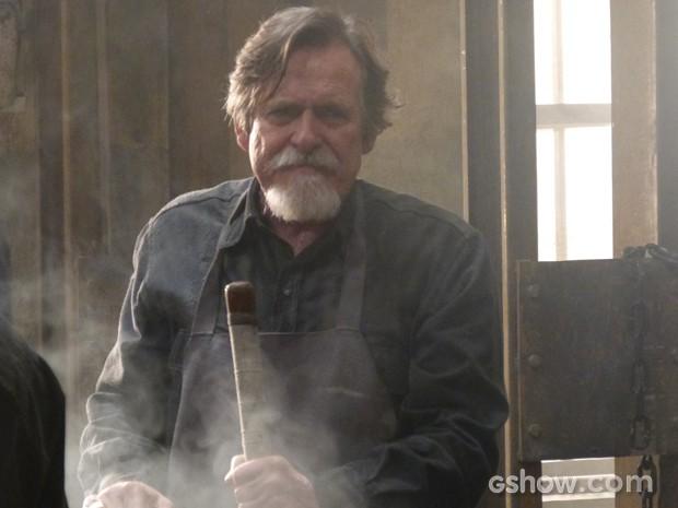 Sem escrúpulos! Manfred transforma Ernest em operário da fundição (Foto: Joia Rara/TV Globo)