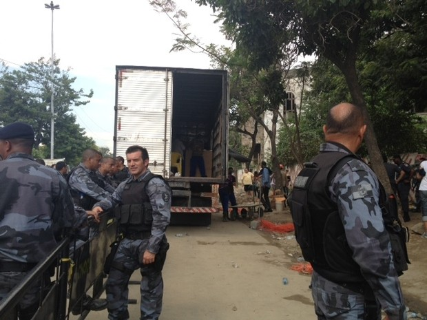 Os pertences dos índios que ocupavam o antigo museu, no Maracanã, foram retirados por volta de 13h10. (Foto: Alba Valéria Mendonça / G1)