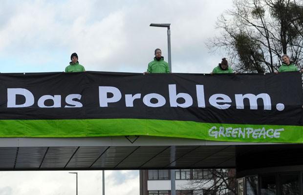 Greenpeace ironiza o slogan da Volkswagen em protesto (Foto: Peter Steffen/dpa via AP)