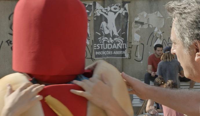 Não tá fácil mesmo, Brasil! Fil vai ter que se vestir de cachorro-quente! (Foto: TV Globo)